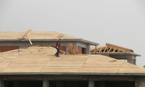 Çatıda tehlikeli çalışma! Yürekler ağza geldi