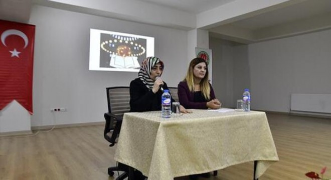 """Mamak Belediyesi, geçtiğimiz günlerde başlattığı """"Bir Kitap, Bir Yazar"""" söyleşileri kapsamında yazarlar Emine Batar ve Canan Olpak Koç'u Mamak İmam Hatip Lisesi öğrencileriyle buluşturdu."""