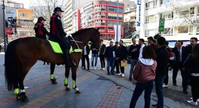 Atlı polislerle Selfie kuyruğu
