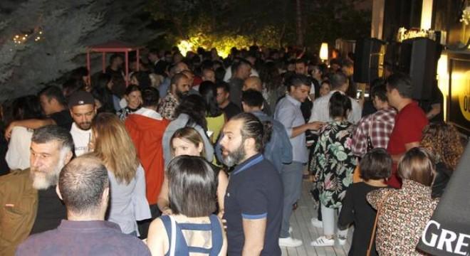 Ankara sosyal hayatının öne çıkan adreslerinden biri olan Siyah Beyaz'da, hafta içi her çarşamba düzenlenen 'Bahçe Partisi' kaldığı yerden devam ediyor.