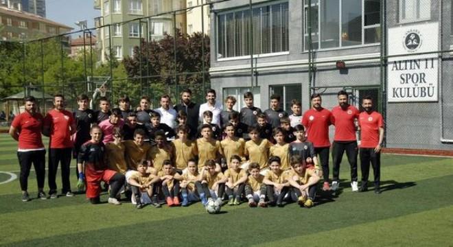 """Projenin mimarı Ali Kulaksızoğlu, 6 yıl gibi kısa sürede önemli yol aldıklarını belirtip, """"Futbol federasyonundan lisanslı antrenörler eşliğinde, profesyonel bir yaklaşımla geleceğin yıldız adaylarını yetiştiriyoruz"""" diye konuştu."""