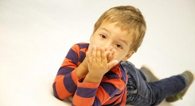 """Çocuklarda 'kekemelik', çoğunlukla okul öncesi dönemde ortaya çıkıyor. Konuşma ve Ses Bozuklukları Uzmanı Emel Arslan Sarımehmetoğlu, """"Çocuğun yaşının ilerlemesini beklemek bir çare değildir"""" uyarısı yapıyor."""