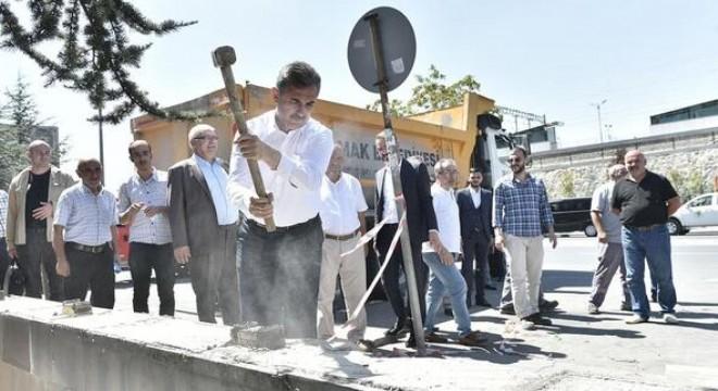 """Mamak Belediyesi'nin etrafındaki duvarları yıkarak çevre düzenlemesi yapacaklarını belirten Başkan Murat Köse, """"Halkımızla belediyemiz arasındaki duvarları kaldırıyoruz"""" dedi."""