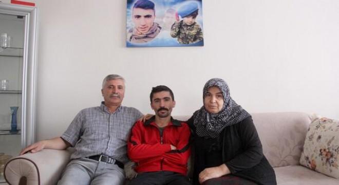 """İki yıl önce teröristlerin hain saldırısında yaralanan gazi Mehmet Babayiğit, tedavisi devam ederken kendisini terk eden eşinin aldırdığı tedbir kararı sebebiyle tazminatını ve gazi maaşını alamadığını söyleyerek, isyan etti: """"Bir bedel ödedim ama bunlar da bedel ödetmeye çalışıyor."""""""