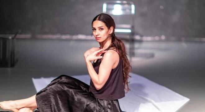 İranlı dansçı Khatoon Fallah, hayallerinin peşinden koşmak için bir yıl önce Ankara'ya geldi. Kadın sorunlarını anlatmak için sahneye koyduğu 'Kadın' isimli fiziksel tiyatro eserini ortaya çıkardı.