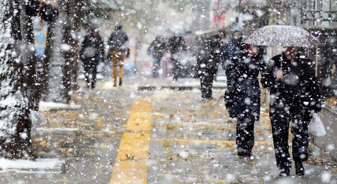 Kar yağdı Ankara felç oldu