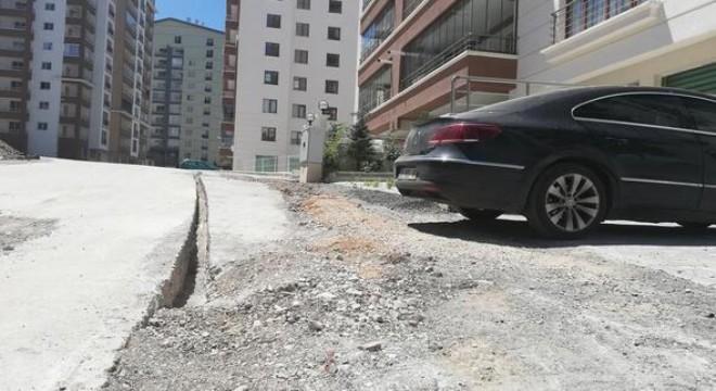 Mamak'ta, Durali Alıç Mahallesi 931. Sokak'ta fiber internet çalışmasının sona ermesi ile kenara atılan rögar kapakları ve taşlar mahalle sakinlerine zor anlar yaşatıyor.