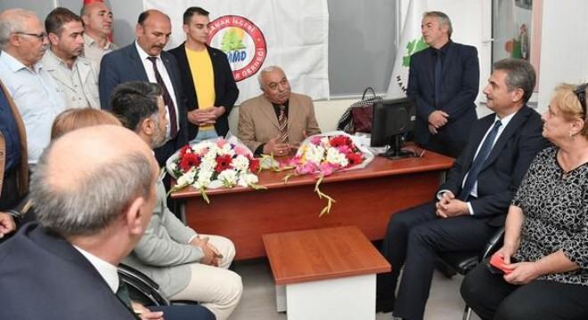 Mamak Belediye Başkanı Murat Köse, ilçede görev yapan muhtarların görevlerini daha hızlı ve rahat icra edebilmeleri için belediye hizmet binasında tahsis ettikleri çalışma ofisinin açılışını gerçekleştirdi.