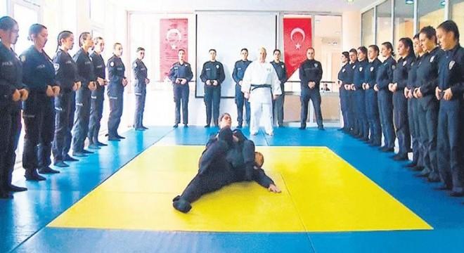 Polis adayları judo eğitimi alıyor