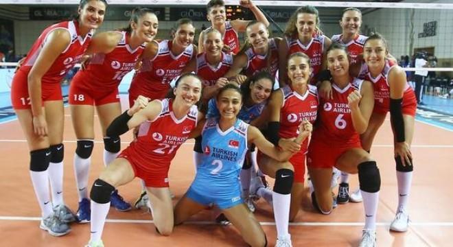Ay-yıldızlılar, 2003'te yine Ankara'da oynanan şampiyonada ikinci olmuştu. Bu kez hedef kürsünün zirvesine çıkmak. Milli takım, Ankara Spor Salonu'ndaki ilk maçında bugün saat 20.00'de Yunanistan ile karşılaşacak.