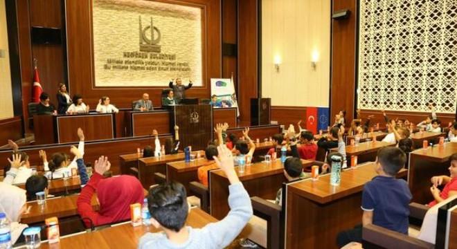 Avrupa Yerel Demokrasi Haftası kapsamında Portekiz, Gürcistan, Suriye, Irak ve Türk çocukların olduğu 46 çocuk, Keçiören Belediye Meclisi'nde düzenlenen Çocuk Meclisi'nde bir araya geldi.