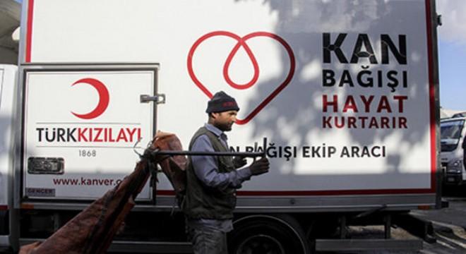 İş sağlığı ve güvenliğinden uzak şekilde sokaklarda çalışan atık toplayıcılar, ihtiyacı olanların sağlığına kavuşabilmesi için dün Türk Kızılay'ın kampanyasına destek vererek, litrelerce kan bağışladı.