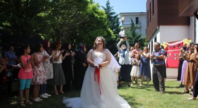 Down sendromlu 28 yaşındaki Zeliha Berberoğlu'nun 'gelin olma' hayalini, Altındağ Belediyesi gerçekleştirdi. Gelinlik giyen Zeliha, düğün pastasını kesti, gönlünce oynayıp eğlendi.